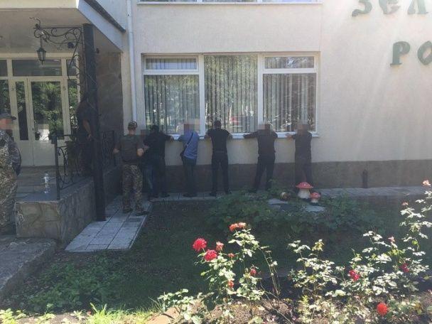 """На Донеччині затримали більше 100 кримінальних авторитетів на похоронах """"злодія у законі"""""""