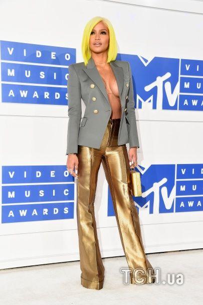MTV Video Music Awards 2016: Бейонсе у пір'ях, а Кардашян зі Спірс – у прозорих сукнях