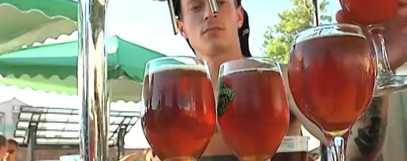 На Прикарпатті пивовари з України та Європи частували пивом зі смаком смереки і перцю