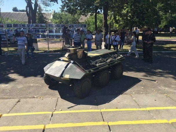 """""""Укроборонпром"""" презентував перший український бойовий безпілотник та керований дистанційно міні-БТР"""