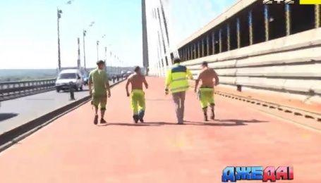 В столице третий месяц подряд коммунальщики реконструируют Южный мост