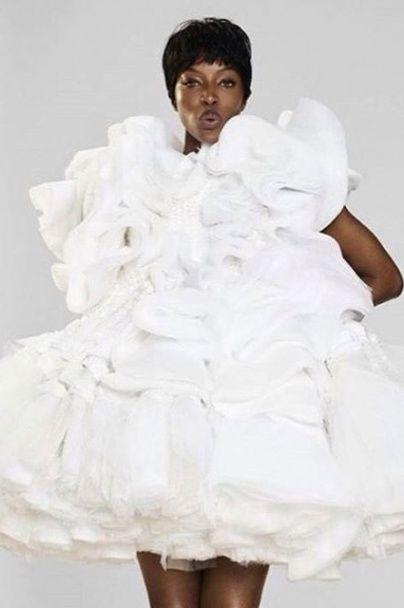 Наомі Кемпбелл у перуці, в поліетилені та прозорій сукні позувала глянцю