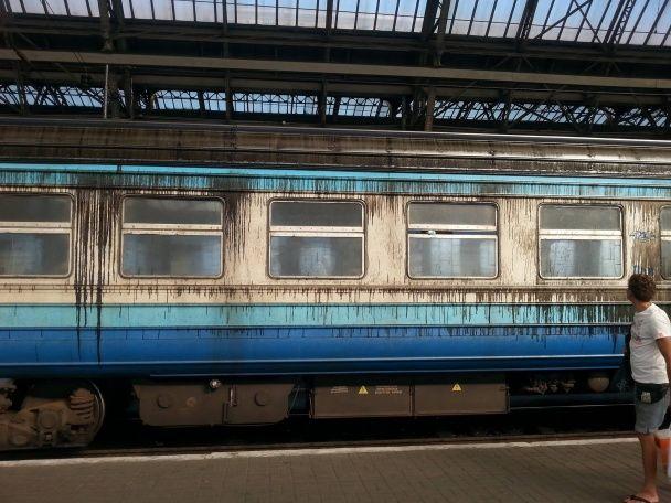 У Мережі виклали фото жахливих львівських поїздів, облитих дизпаливом
