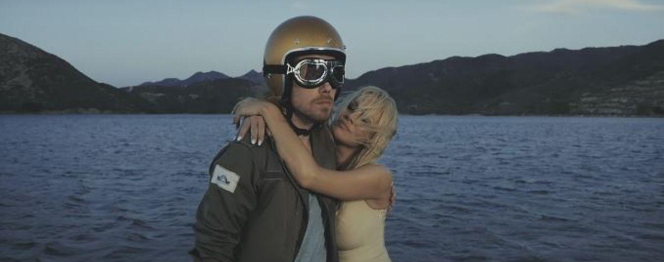 Сексуальна Памела Андерсон обіймалася із мужнім байкером у кліпі