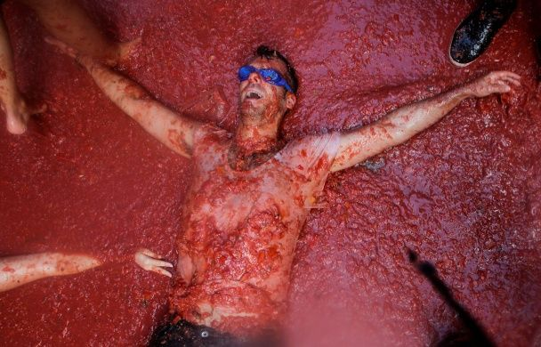 Найяскравіші фото дня: томатні бої в Іспанії, видовищне виверження вулкана в Індонезії