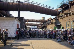 """Працівники комбінату Ахметова не відповіли Порошенку """"Героям слава!"""""""