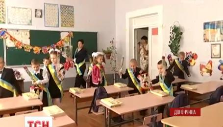 Привыкшие к обстрелам школьники Красногоровки пришли на линейку с цветами