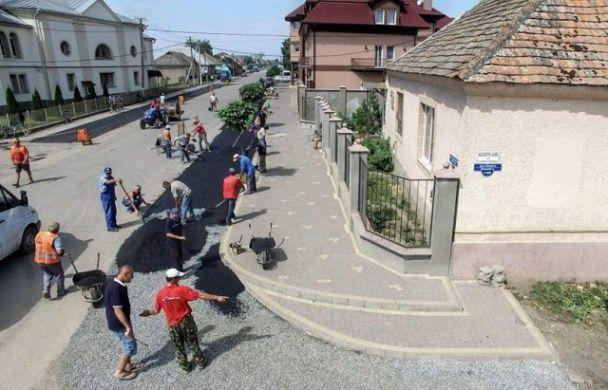 В украинском селе местные собственноручно проложили асфальт и обустроили все дороги