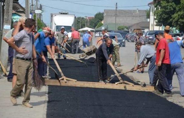 В українському селі місцеві власноруч проклали асфальт та облаштували всі дороги
