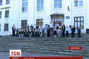 У прифронтовій Красногорівці діти пішли до понівечених обстрілами шкіл