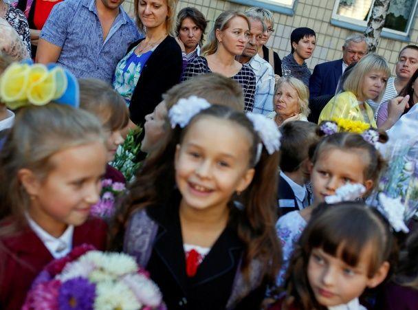 Кульки, квіти і курсанти. Reuters показало яскраві фото з першого дзвоника у Києві