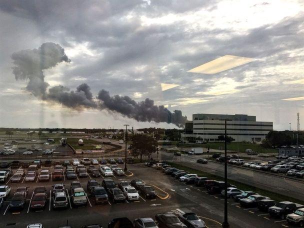 Пламя и столбы дыма. Появились фото и видео с места взрыва ракеты Falcon 9