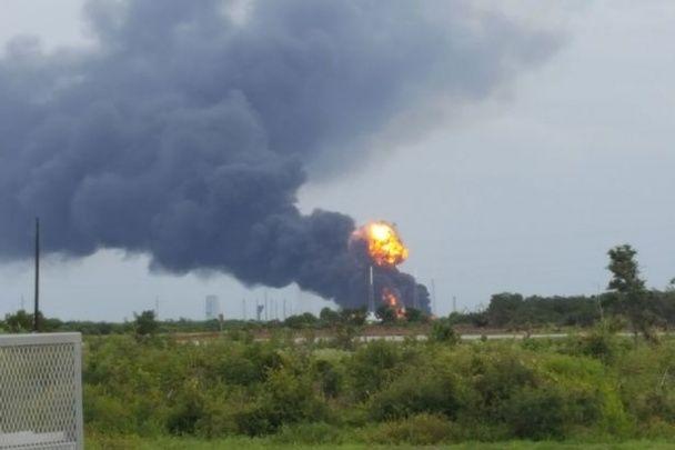 Полум'я та стовпи диму. З'явилися фото та відео з місця вибуху ракети Falcon 9