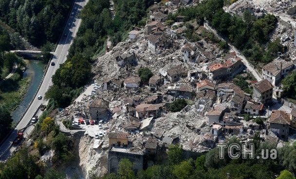 Порожні вулиці та повалені будинки. Як виглядає Італія після нищівного землетрусу