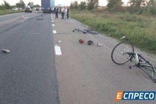 На Київщині фура збила групу велосипедистів: один загинув, троє в реанімації