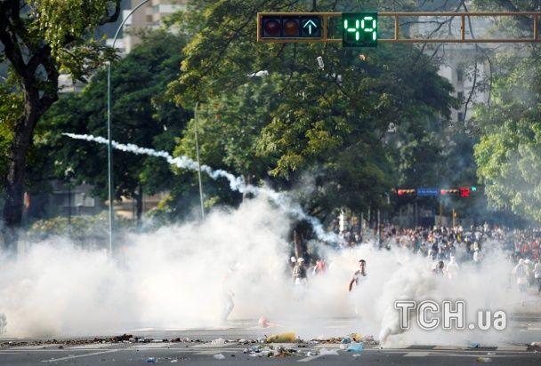 """""""Венесуела голодує"""". Каракас охопили антипрезидентські протести з димовими шашками й затриманнями"""
