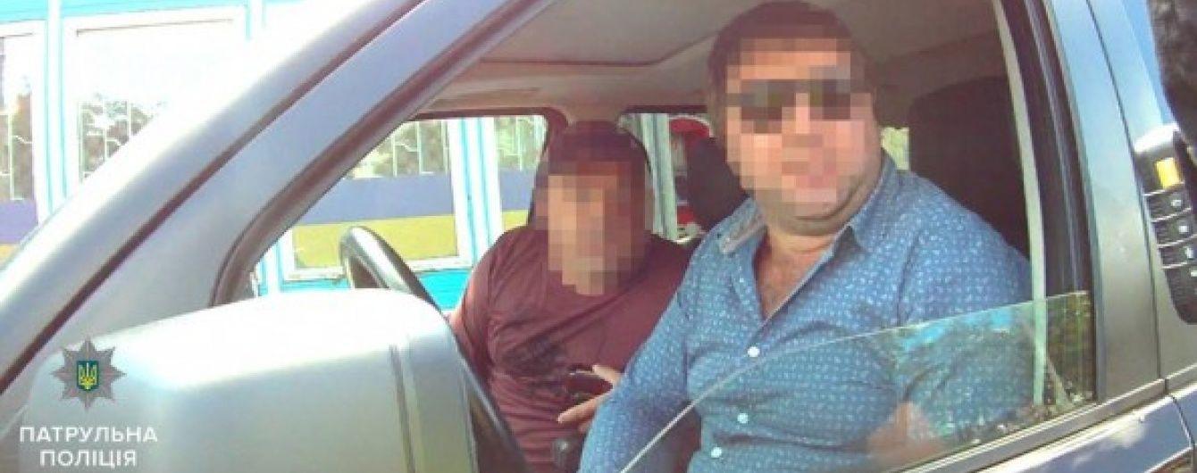 У Сумах лихача на іномарці з російськими номерами поклали обличчям у землю