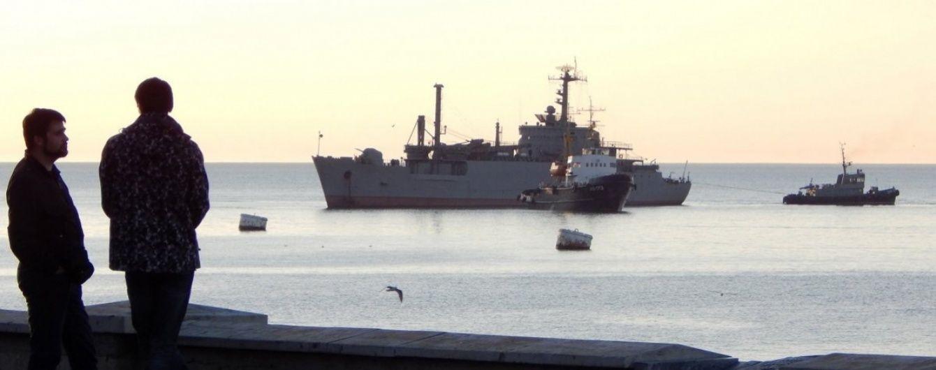 """Українські артилерійські катери прогнали російський корабель """"Смєтливий"""" від острова Зміїний"""