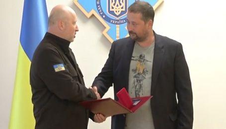 Секретарь СНБО вручил награду руководителю управления журналистских проектов 1+1 Максиму Шиленко