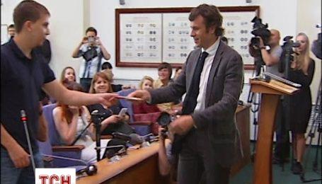 Студенты вручили заместителю министра финансов шоколадку в знак примирения