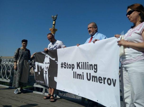 В Киеве и Риге провели акцию в поддержку Ильми Умерова