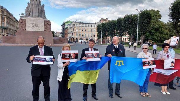 У Києві та Ризі провели акцію на підтримку Ільмі Умерова
