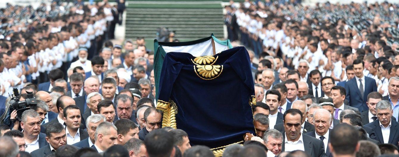 Похорон тирана: загорнуте в 21-метровий саван тіло Карімова несли на руках