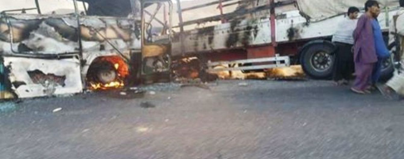 В Афганістані у кривавому зіткненні автобуса із бензовозом загинули десятки осіб