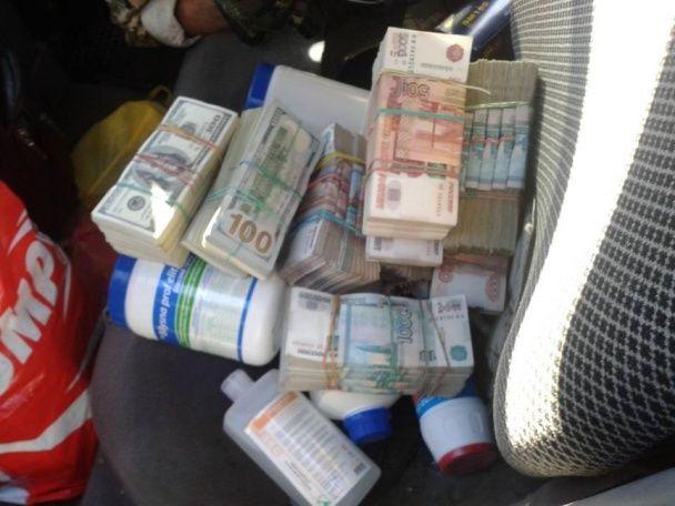 До окупованої Горлівки чоловік намагався перевезти 100 тисяч доларів у паливному баку