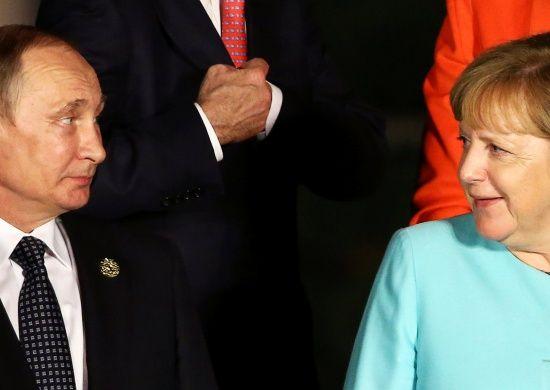 Меркель зателефонувала Путіну, щоб дізнатися про причини виведення російських офіцерів із СЦКК
