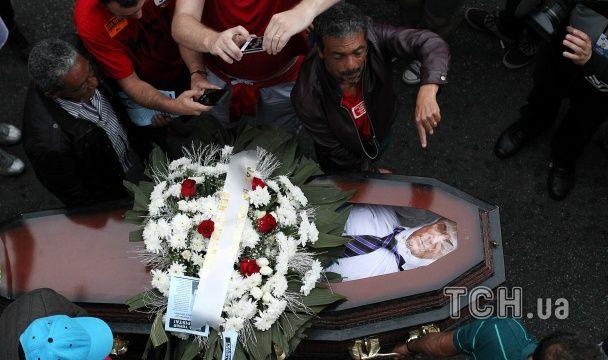 """У Бразилії протестувальники влаштували символічний """"похорон"""" нового президента, спаливши труну"""