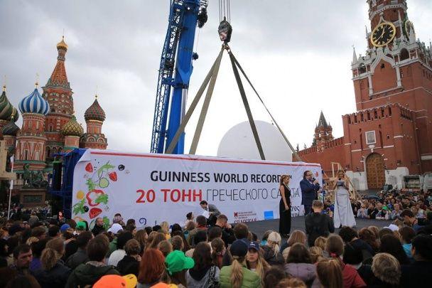 У центрі Москви начикрижили тонни салату та роздали людям з вантажівки