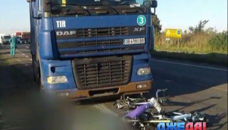 Многотонный грузовик сбил группу велосипедистов. Погиб 13-летний парень