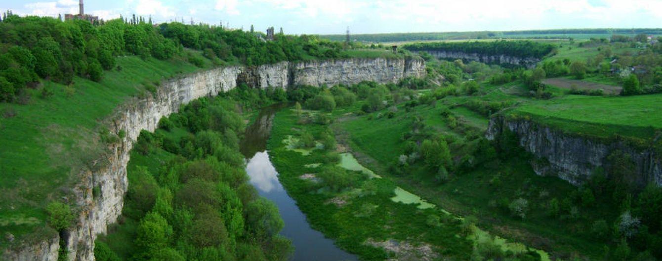 У Кам'янець-Подільському на арт-фестивалі молода киянка зірвалася зі скелі та впала у каньйон