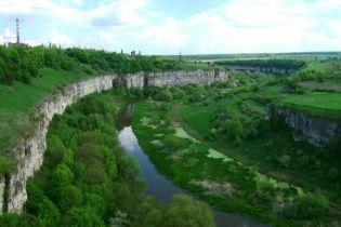 В Каменец-Подольском на арт-фестивале молодая киевлянка сорвалась со скалы и упала в каньон