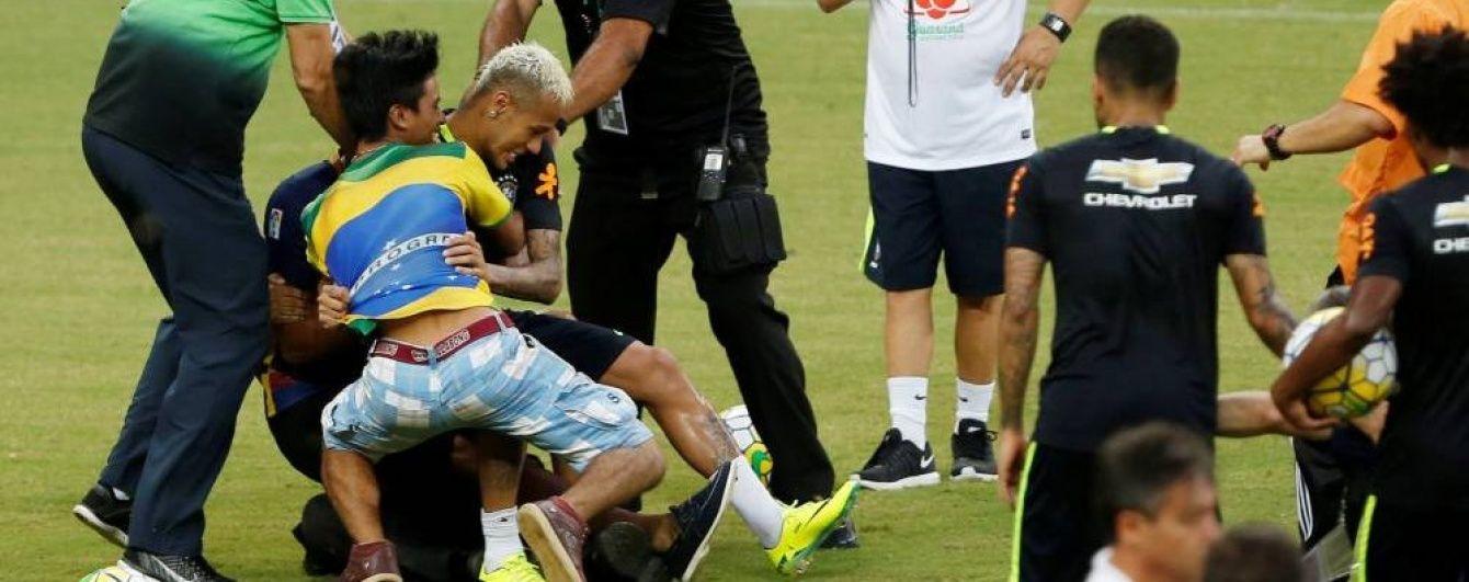 Вболівальники збірної Бразилії вибігли на поле і збили з ніг Неймара