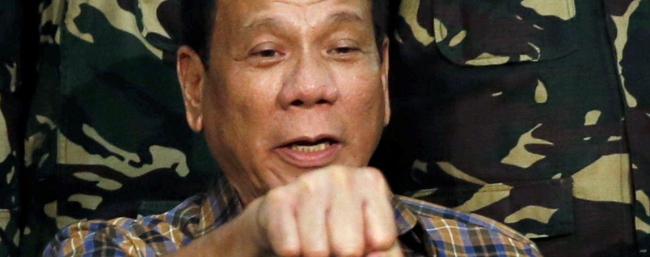 Скандального президента Філіппін публічно звинуватили у замовленні сотень вбивств