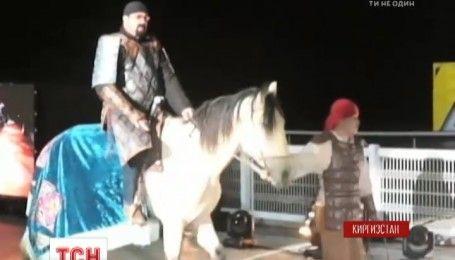 Стивен Сигал в Кыргызстане примерил образ тамошнего воина