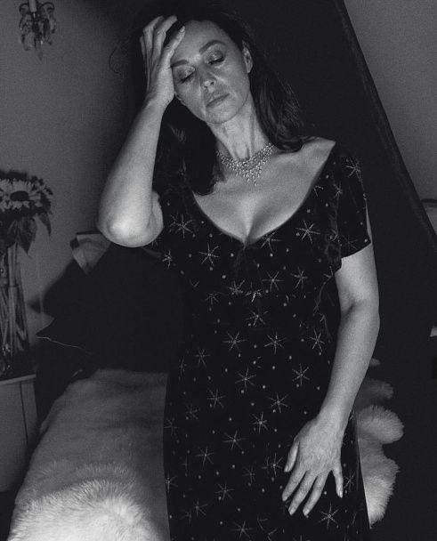 Готична Моніка Белуччі із цигаркою прикрасила сторінки глянцю