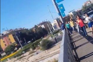 У Казахстані двоє дівчат сміялися та знімали на відео самогубцю