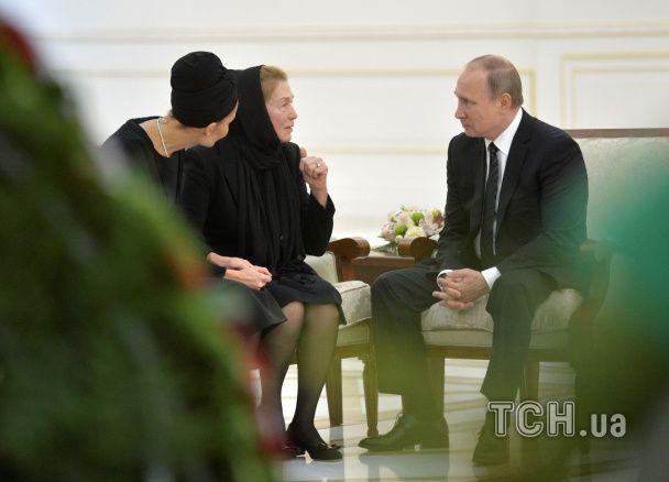 Путін став на коліна перед могилою Карімова