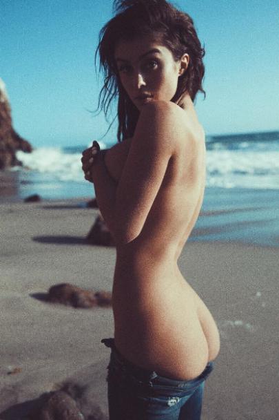 Ню-фото та шпагат у повітрі. Що постить в Instagram пишногруда зірка Burning man