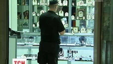 У столиці невідомі пограбували ювелірний магазин, є постраждалі