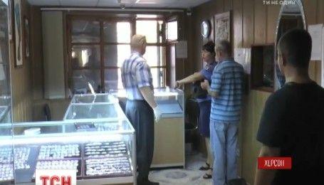 В Херсоне вооруженные молодые ребята ограбили ювелирный магазин