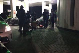 У Львові закривавлений чоловік прийшов на АЗС просити допомоги