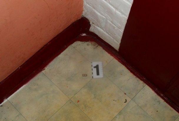 У Києві невідомий відкрив стрілянину на порозі квартири жінки