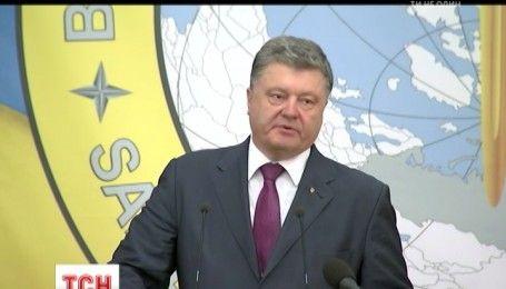 В День разведчика Порошенко вручил военным ордера на новые квартиры