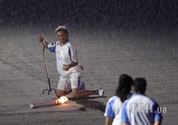 Ніколи не здавайся. Стадіон стоячи підбадьорив атлетку, яка впала з вогнем на відкритті Паралімпіади