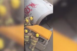 У Китаї на злітній смузі літак протаранив авто