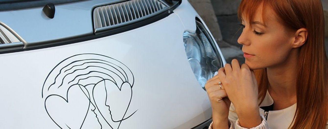 Наречена Тарабарова розпочала підготовку до весілля, перетворивши своє авто на арт-об'єкт